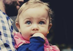 Ne vous laissez pas avoir par ses grands yeux bleus, dans sa couche se cache l'antre du démon